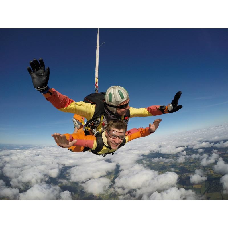 Arrhes 85 euros pour un saut en parachute sur l'aérodrome de lessay